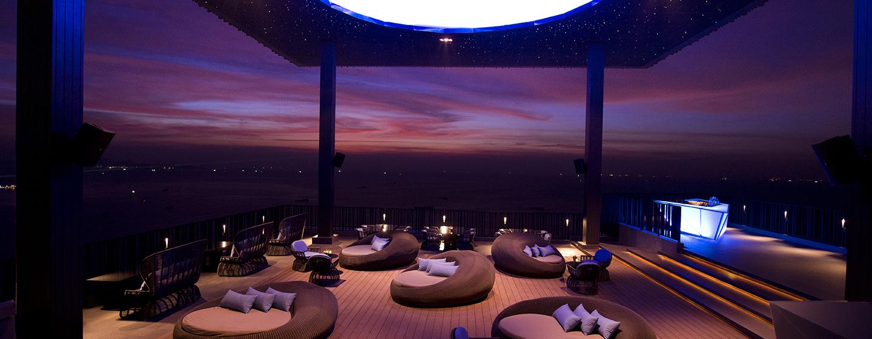 In der schönen Bar können Sie auf dem Hoteldach den Ausblick genießen