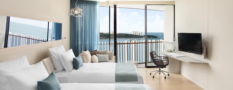Vom großzügigen Zimmer mit zwei Einzelbetten können Sie den Ausblick auf die Bucht von Pattaya bewundern