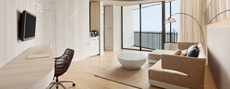 Entspannen Sie im großen Wohnbereich der Suite mit Meerblick