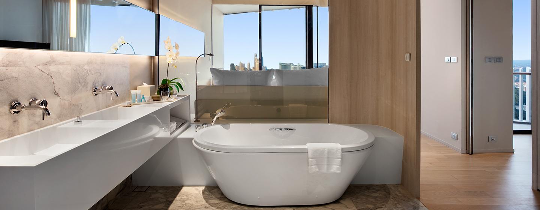 Das große Badezimmer in der Suite ist mit einer Badewanne ausgestattet