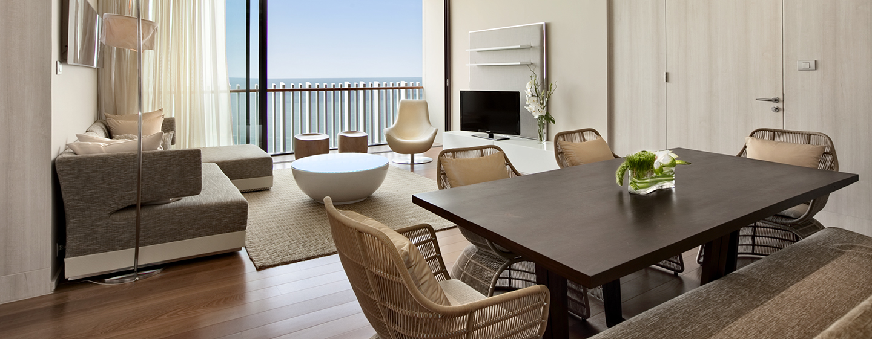 Laden Sie Freunde und Kollegen zu einem Dinner am großen Esstisch in der Grand Suite ein