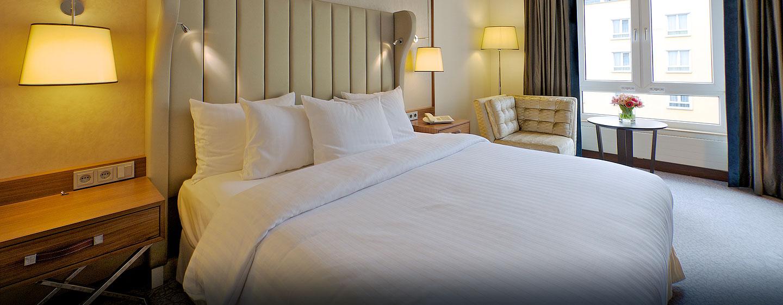 Das Zimmer mit King-Size-Bett bietet Ihnen Schlafkomfort auf hohem Niveau