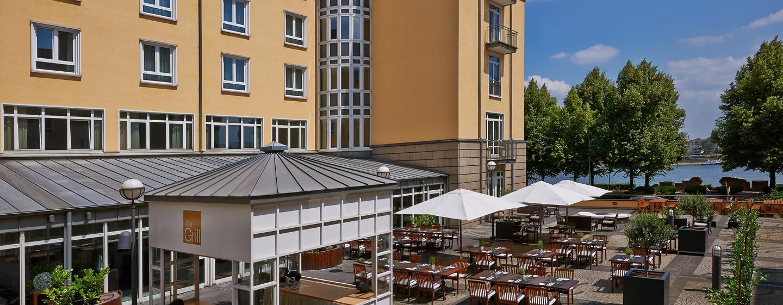 Unsere Außenterrasse begeistert die Gäste mit Rheinblick