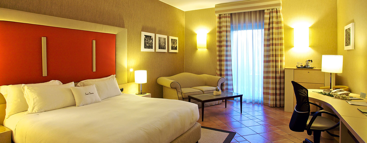 Hotel Doubletree by Hilton Acaya Golf Resort Lecce, Italia - Camera con un letto king size e patio
