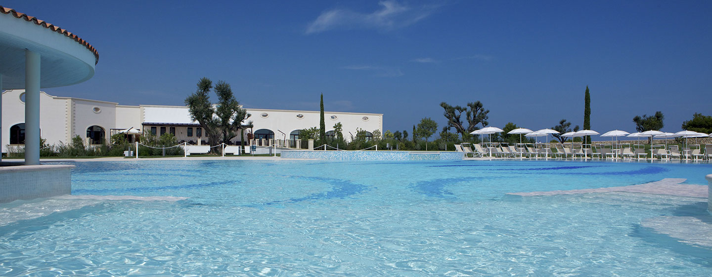 Hotel Doubletree by Hilton Acaya Golf Resort Lecce, Italia - Piscina all'alba