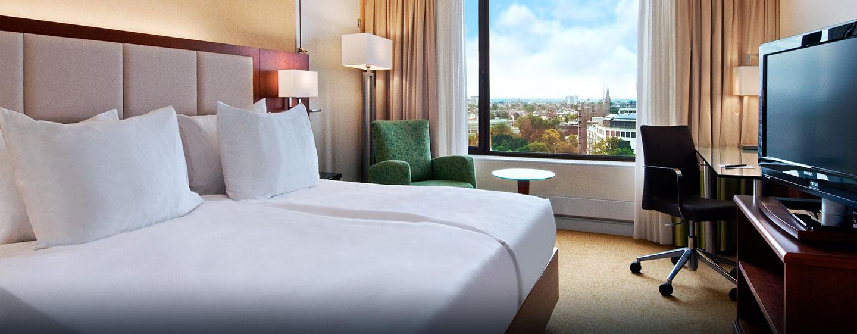 In den gemütlichen Gästezimmern können Sie entspannen und den Blick auf die Stadt genießen