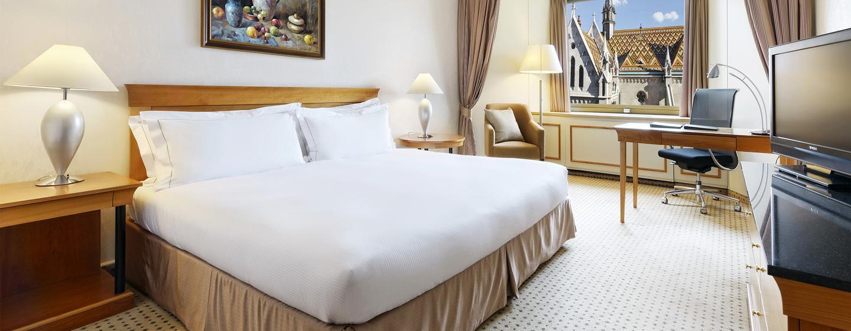 Die modernen Zimmer im Hilton Budapest Hotel sind mit großen Schreibtischen ausgestattet