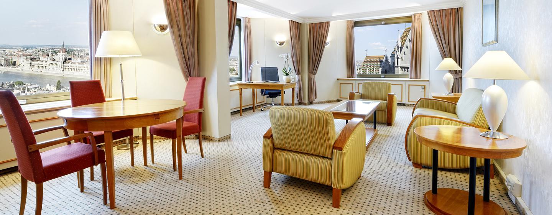 Aus dem großen Wohnzimmer der Suite können Sie den Blick auf die Donau genießen