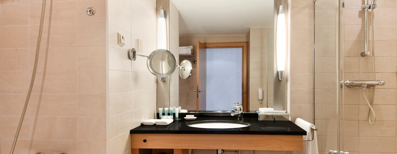 Erfrischen Sie sich im Badezimmer mit Badewanne und Dusche
