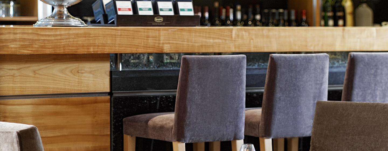 Treffen Sie Freunde und Kollegen in der gemütlichen Bar des Hotels