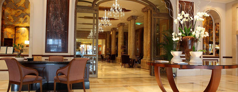 Im Lobbybereich des historischen Hotels werden Sie herzlich begrüßt