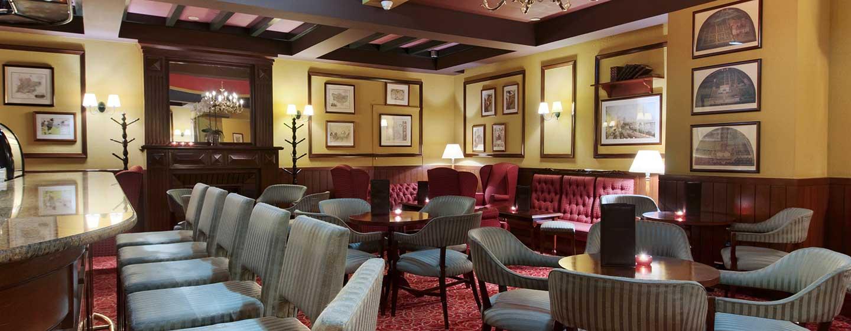 Probieren Sie in der schönen Bar einen der vielen Whiskeys oder einen Cocktail