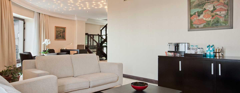 Entspannen Sie im großzügigen Wohnbereich der luxeriösen Suite