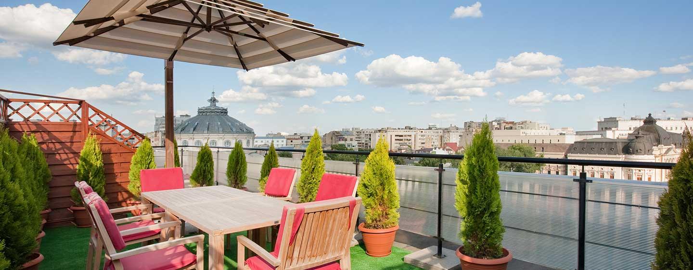Genießen Sie einen warmen Sommertag auf der gemütlichen Terrasse der Suite