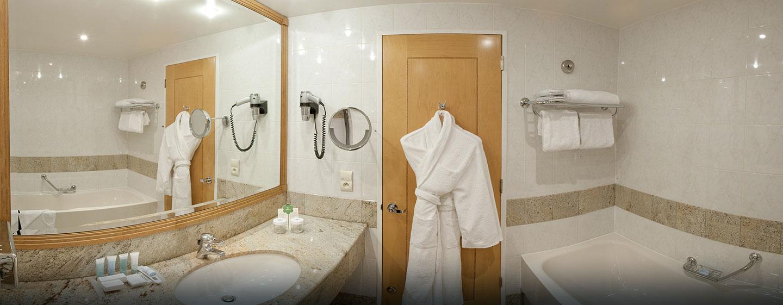 Hôtel Hilton Paris Charles de Gaulle Airport, France - Salle de bains d'une chambre Hilton avec très grand lit