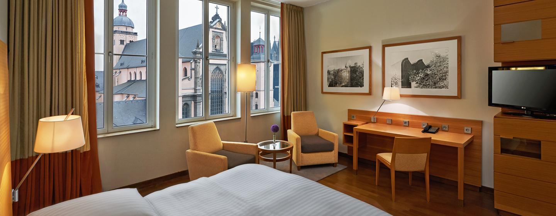 Genießen Sie den Blick auf den Kölner Dom aus dem Gästezimmer mit Queen-Size-Bett