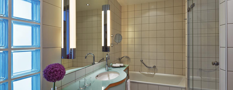 Das helle Badezimmer ist mit einer Badewanne und einer Dusche ausgestattet