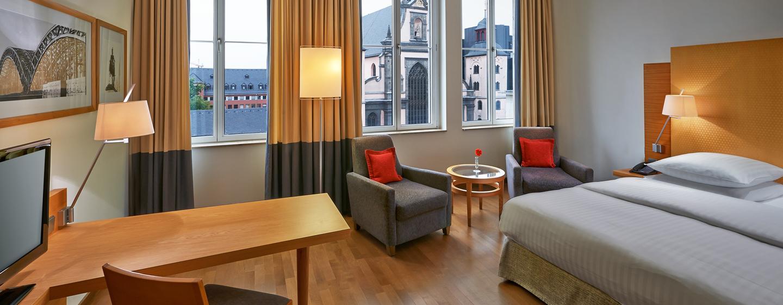 Parkettboden und große Fenster sorgen für Gemütlichkeit im Zweibettzimmer