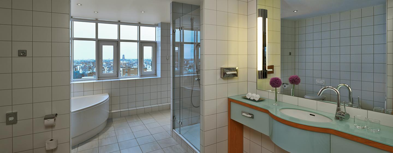 Große Fenster, separate Badewanne und Dusche gehören zum Standart der Duplex Suite
