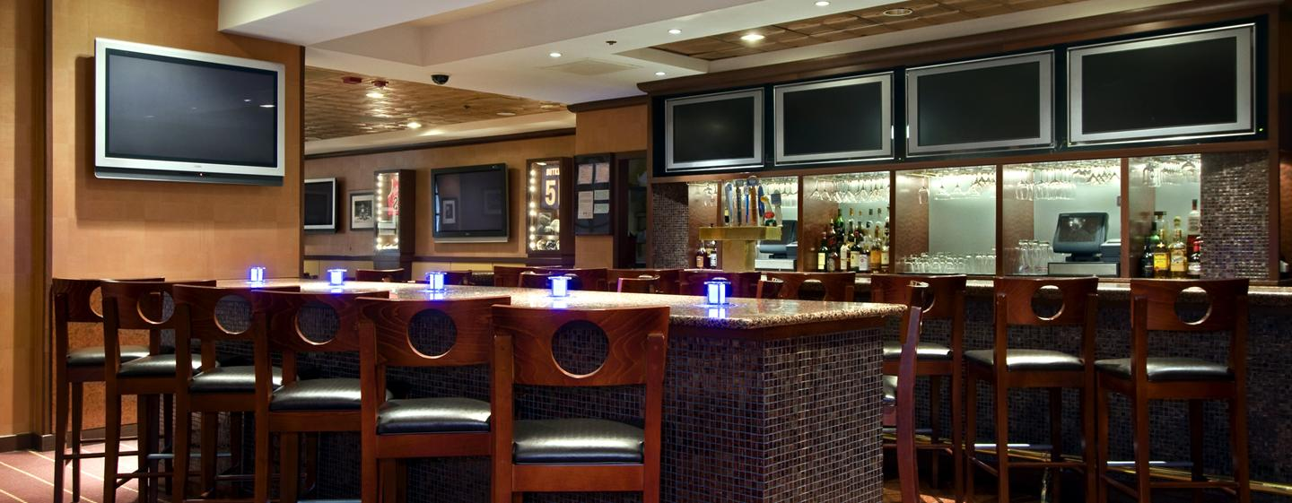 Hilton Chicago O'Hare Airport - Sports Edition Bar
