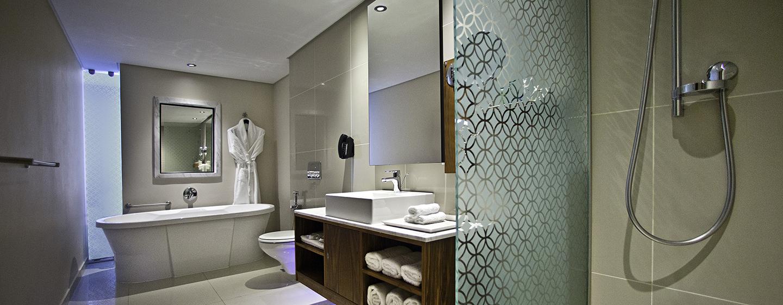 Hilton Cape Town City Centre– Badezimmer des Executive Zimmers mit King-Size-Bett