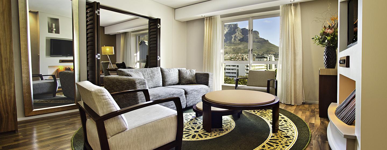 Hilton Cape Town City Centre – Wohnbereich der Suite mit einem Schlafzimmer