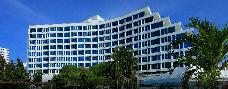 Das schöne Hotel begrüßt Sie an der Küste des karibischen Meeres