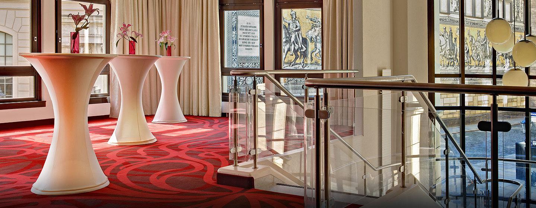 Hilton Dresden Hotel – Event-Foyer mit Ausblick auf den Fürstenzug