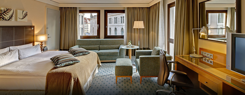 Eine Sitzgarnitur und ein großes King-Size-Bett steht Ihnen im Executive Family Zimmer zur Verfügung