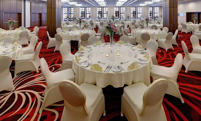 Hilton Dresden hotel, Deutschland - Veranstaltungsfläche mit gedeckten Tischen