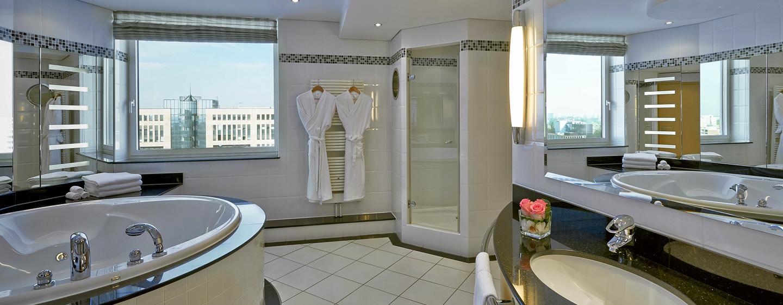 Im Badezimmer der Präsidenten Suite bleibt dank Badewanne und Dusche kein Wunsch offen