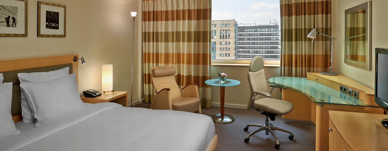 Hilton Düsseldorf, Deutschland – Gästezimmer mit King-Size-Bett