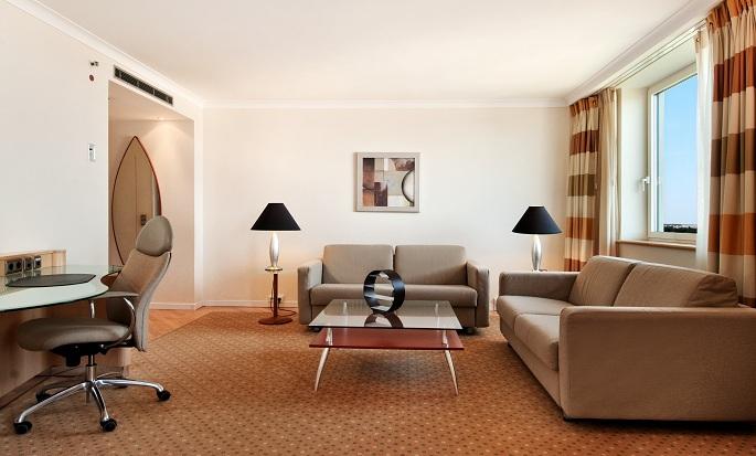 Hilton Düsseldorf, Deutschland – Wohnbereich einer Suite