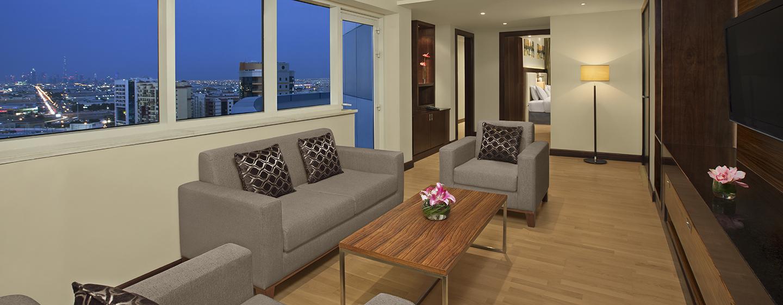 Aus dem Wohnimmer der Suite haben Sie einen uneingeschränkten Blick auf die Skyline Dubais