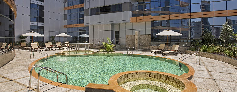 Entspannen Sie sich im Außenbereich im Swimmingpool des Hotels