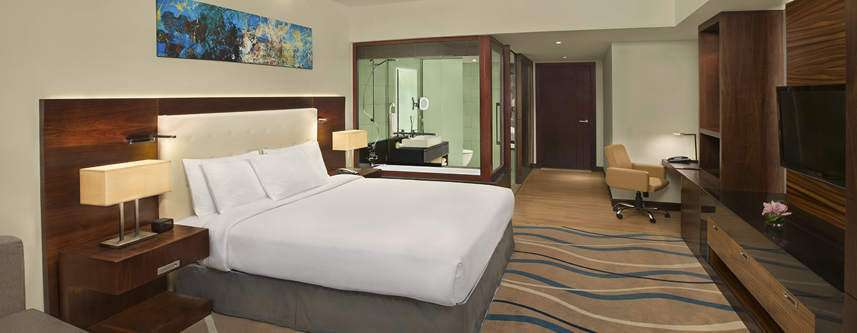 Das große und moderne Zimmer ist mit einem King-Size-Bett ausgestattet