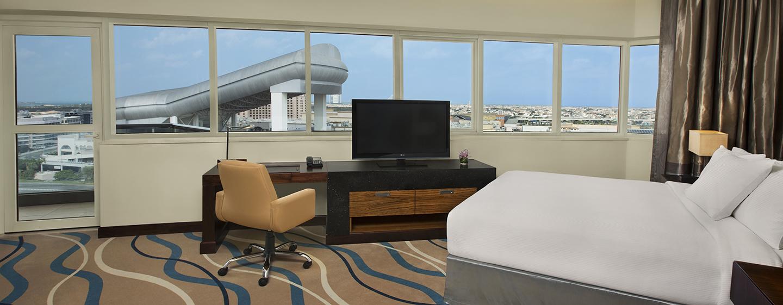 Genießen Sie den Ausblick auf die Stadt aus dem geräumigen Deluxe Zimmer des Hotels