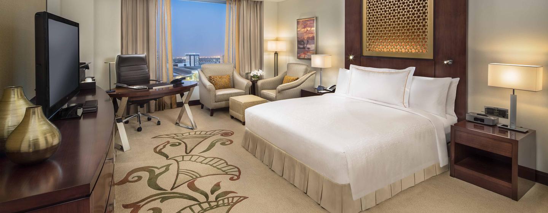 Conrad Dubai hotel, VAE - Deluxe Zimmer mit einem King-Size-Bett und Ausblick auf die Skyline