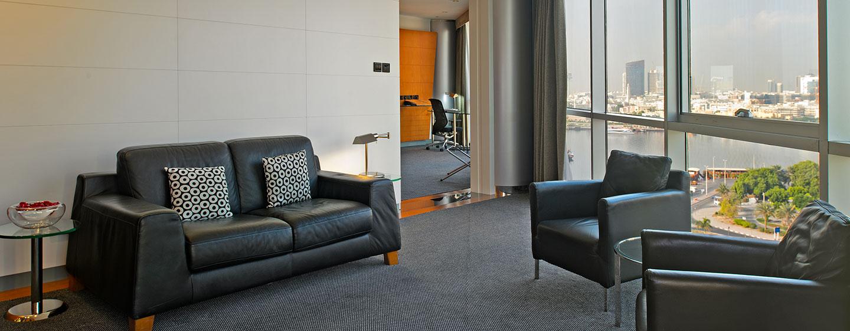 Hotel Hilton Dubai Creek, EAU - Zona soggiorno della suite Deluxe con letto king size
