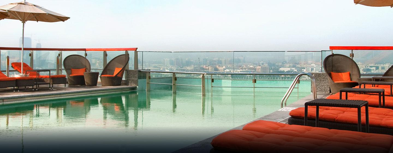 Schwimmen Sie im Pool und genießen Sie dabei den Ausblick auf die Skyline von Dubai