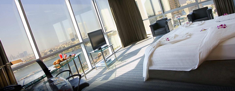 Die großen Panoramafenster im Executive Plus Zimmer bieten Ihnen einen uneingeschränkten Blick auf die Skyline der Stadt