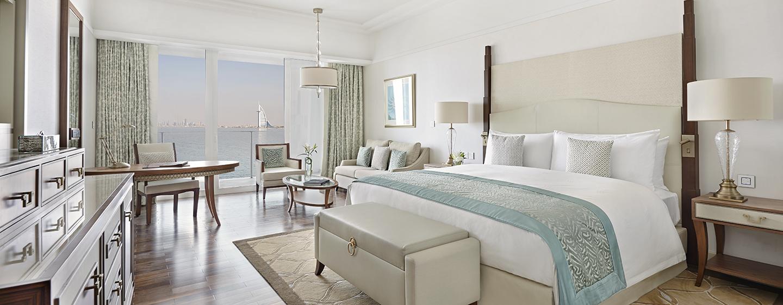 Waldorf Astoria Dubai Palm Jumeirah bietet Zimmer mit King-Size-Bett und Balkon an