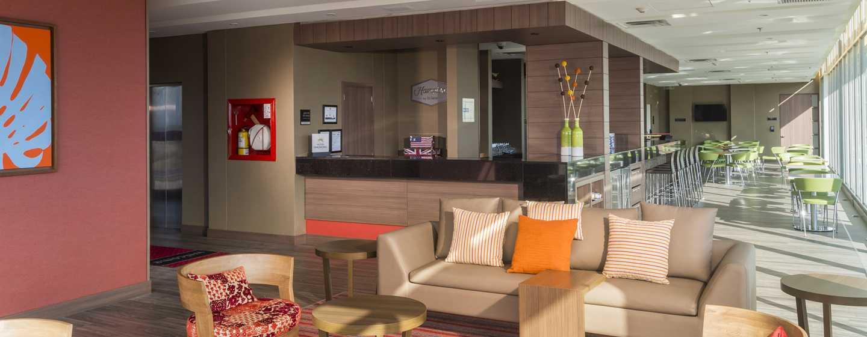 Hotel Hampton by Hilton Yopal, Colombia - Sillones del lobby