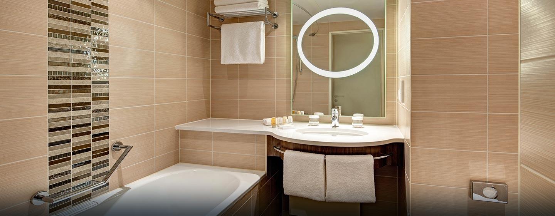 Das moderne Badezimmer ist mit einer Badewanne ausgestattet