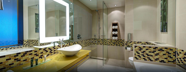 Genießen Sie die hellen Badezimmer mit separater Dusche