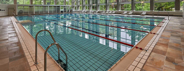 Der große Pool im Hotel hat halb-olympische Größe