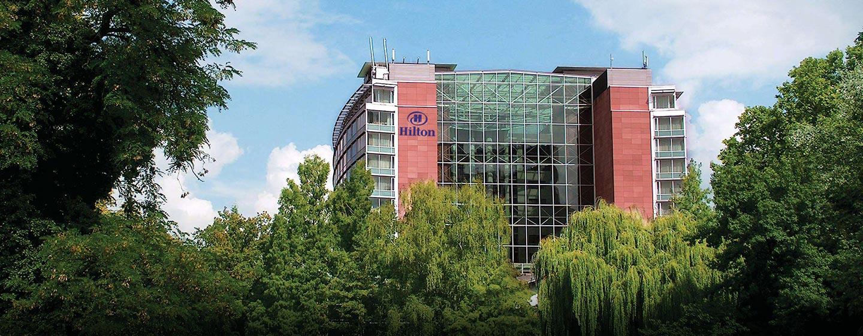 In ruhiger Lage an einem Park liegt das Hilton Frankfurt