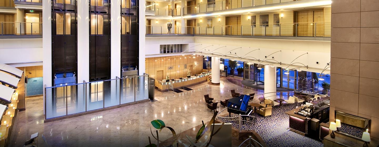 Die helle Lobby befindet sich im Atrium des Hotels