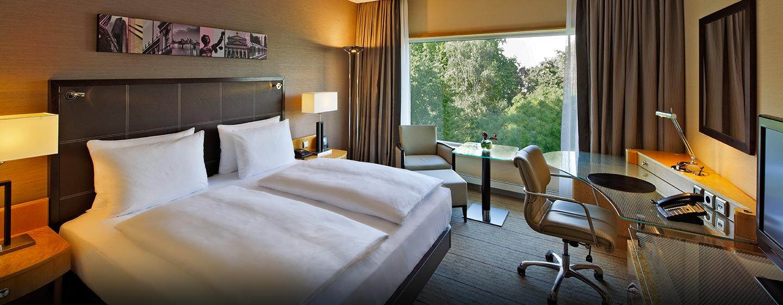 Die Zimmer mit King-Size-Bett bieten den Gästen einen schönen Blick auf den Park