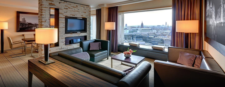 Das moderne Wohnzimmer der Präsidenten Suite ist mit einem großen Fernseher und gemütlichen Sofas ausgestattet